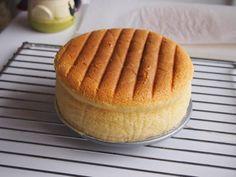 Kun kakun kumoaa varovasti uuniritilälle, pintaan saa hauskan kuvion.