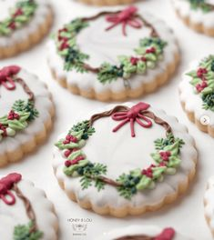 Cute Christmas Cookies Edition - The best fun, decorated royal icing Christmas cookie ideas. Cute ideas for a gift exchange, for kid - Christmas Wreath Cookies, Iced Cookies, Christmas Sweets, Christmas Cooking, Noel Christmas, Royal Icing Cookies, Cookies Et Biscuits, Holiday Cookies, Christmas Recipes