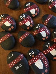 Painted rock ideas christmas 36 a round up of rock crafts Stone Crafts, Rock Crafts, Holiday Crafts, Arts And Crafts, Rock Painting Ideas Easy, Rock Painting Designs, Pebble Painting, Stone Painting, Christmas Rock