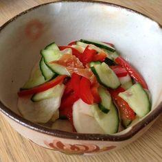 Salade de concombre, navet et poivron rouge aux prunes salées japonaises