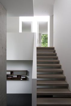 Stair knee wall. AAF Residence, Brussels. Daskal Laperre Interior Architects. Photography by Karel Van Overberghe. - http://www.homedecoratings.net/stair-knee-wall-aaf-residence-brussels-daskal-laperre-interior-architects-photography-by-karel-van-overberghe