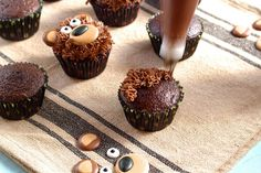 Bear Cupcakes - with Royal Icing Transfers Teddy Bear Cupcakes, Animal Cupcakes, Cupcake Icing, Cupcake Cakes, Cupcake Toppers, Cake Decorating Videos, Cookie Decorating, Masha Et Mishka, Cow Cookies