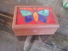 Caja de madera con mariposa hecha con mosaicos