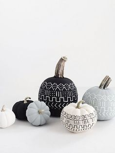 Halloween decorations and DIY ideas for hosting a killer party (or just make your home spooktacular for the hell of it). Our edit of DIY Halloween decorations that are actually rather stylish Diy Halloween, Holidays Halloween, Halloween Pumpkins, Halloween Decorations, Pumpkin Decorations, Modern Halloween, Halloween Projects, Halloween 2018, Easy Projects