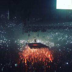 Kanye west Saint Pablo tour 2016 I love they way this show was designed to move out of the regular stage and above the audience Stage Lighting Design, Stage Design, Saint Pablo, Concert Stage, Rap Concert, Rap Wallpaper, Stage Show, Scenic Design, Concert Photography