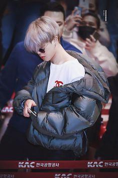 Que lindo Jimin-ssi❤ V Bts Cute, Park Jimin Cute, Park Ji Min, Jikook, Bts Selca, Taehyung, Bts Airport, Airport Style, Jimin Hot
