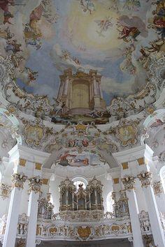 :) Wies (Deutschland, Germany, Allemagne): Die Orgel und die Decke dieser außergewöhnlichen Kirche, die im Welterbe der UNESCO geordnet ist. Der vollkommenste Ausdruck des bayerischen Rokokos.The organ and the ceiling of this exceptional church, classified i
