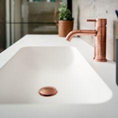 #kraan #koper #wastafel #badmeubel #trend #afvoer #koper #match #allesklopt #badkamer Sink, Home Decor, Bath, Sink Tops, Vessel Sink, Decoration Home, Room Decor, Vanity Basin, Sinks