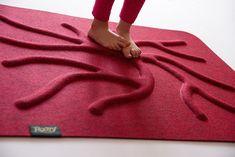 Pestrý povrch procvičuje chodidla a zapojuje všechny svaly tak, aby držely kůstky tvořící chodidlo, ve správné poloze. Chodidla se musí pravidelně procvičovat, např. chůzí naboso v přírodě, chůzí po překážkách nebo právě díky kořenovému koberci, který chodidlům vytváří kořeny a zapojuje tak všechny svaly. STOP ortopedickým problémům, prevence bolesti, zdravý vývoj dětských nožiček. Korn, Red