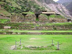 """""""El Castillo"""" es una estructura que conforma la sección """"Templo Nuevo"""" en el sitio arqueológico """"Chavín de Huántar"""". Región Ancash - Perú."""