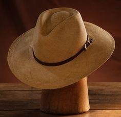 Este modelo es idel para cubrirte del sol, ir a la playa, un hermoso sombrero de ala ancha.