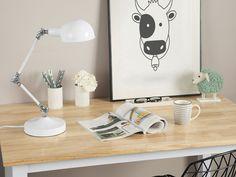 Charakteristisch für die Tischleuchte sind der ausrichtbare Arm, der schwenkbare, abgerundete Leuchtenkopf und die Gelenke aus silberfarbenem Metall. So können Sie den hellen Schein der Lampe genau dorthin richten, wo Sie ihn brauchen. Die klassische Tischlampe aus robustem, weißem Metall hat trotz traditionellem Design eine moderne Ausstrahlung und ist perfekt für jeden Arbeitsplatz geeignet. Bath Caddy, Montage, Desk Lamp, Bedroom Furniture, Rum, Lighting, Modern, Home Decor, Fixation