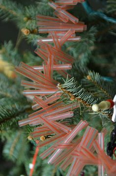 Drinking Straws Garland ~Cut straws inches long & string them with a needle and strong thread. Plastic Straw Crafts, Diy Straw, Plastic Lace, Christmas Mood, All Things Christmas, Holiday Fun, Christmas 2015, Christmas Ideas, Merry Christmas