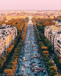 L'avenue des Champs-Elysées, la plus belle avenue du monde. Toujours. | Champs-Elysées avenue, the world's most beautiful avenue. Always. 💛 | 📸 @wonguy974 #ParisJeTaime