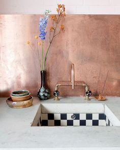 Combine black and white tiles with a rose gold faucet in the kitchen Kitchen Interior, New Kitchen, Interior And Exterior, Kitchen Stuff, Kitchen Tiles, Kitchen Black, Copper Kitchen, Kitchen Counters, Kitchen Decor