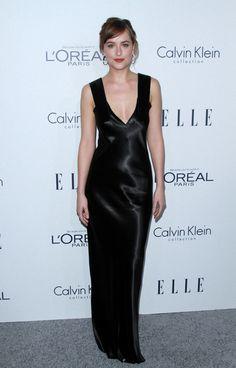 Dakota Johnson con vestido de tirantes de raso negro, de Calvin Klein Collection.