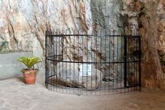 Pietra dove fu rinvenuta la statua della Madonna della Grotta