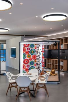 Deckenleuchte LEWORS, direkt/indirekt, Innenring wählbar; Indirektbeleuchtung, Einbauspots SPOTY,  Schauraum, Besprechnungsraum, Meetings; Ceiling light LEWORS, direct / indirect, inner ring selectable; Indirect lighting, SPOTY recessed spots, showroom, meeting room, meetings; Photo by: bild[ART]isten Led, Innovation, Conference Room, Lighting, Table, Furniture, Home Decor, Indirect Lighting, Modern Architecture
