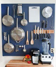 Un rangement vertical dans la cuisine avec un panneau perforé. 15 Idées de rangements pour toute la maison à faire avec des panneaux perforés