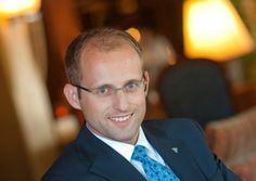 Leo Maissen ist General Manager des Tschuggen Grand Hotel in Arosa. Er spricht vier Sprachen fließend, mag Golf und Skifahren und liebt den Austausch mit seinen Gästen.