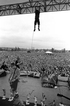 I'm sure this is while Pearl Jam was touring with RHCP and Nirvana. After Nirvana performed Eddie felt like he needed a way for people to remember Pearl Jam by so he climbed the beams. Alice In Chains, Music Love, Music Is Life, Pop Music, Great Bands, Cool Bands, Nirvana, El Rock And Roll, Pearl Jam Eddie Vedder