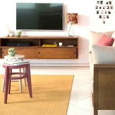 Sala de TV descontraída com Rack Charme suspenso para dar leveza.