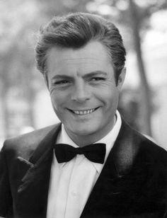 Marcello Mastroianni - Marcello Vincenzo Domenico Mastroianni (Fontana Liri, 28 settembre 1924 – Parigi, 19 dicembre 1996), un attore cinematografico italiano.
