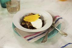 Bolo suflê de chocolate   #ReceitaPanelinha: É bolo ou é suflê? Com muitas texturas, esta receita é para comer de colheradas: a superfície é crocante e o recheio bem cremoso. Um novo clássico de família!
