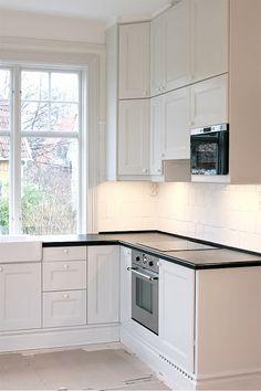 O AL MENOS MICROONDAS EMPOTRADO  fru N och villa Någorlunda: kök  Angle of cabinets. Nice!