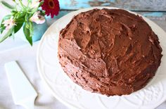 De allerbeste dubbele chocoladetaart die ook nog eens makkelijk te maken is? Met dit recept maak je een heerlijke, smeuïge taart met sinaasappel ertussen.