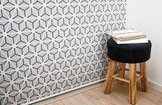 Dit hippe grafische behang, Triangles, combineert heel mooi met verschillende grijstinten en hout - #wonenvoorjou