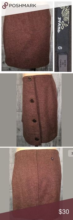 PraNa wool tweed big button mini skirt Sz 6 brown PraNa skirt with big functional decorative buttons at the side. Wool blend, heavy and structured. Size 6 excellent condition Prana Skirts Mini