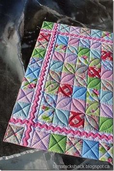 Cora Quilt @ Tamarachshack - I love the design and the stitching . - Cora Quilt @ Tamarachshack – I love the design and the stitching … – Cora Quil - Colchas Quilting, Machine Quilting Patterns, Baby Quilt Patterns, Quilt Stitching, Scrappy Quilts, Mini Quilts, Free Motion Quilting, Quilting Projects, Quilting Ideas