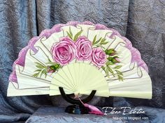 @todo color: Olivo y rosas Hand Held Fan, Hand Fan, Antique Fans, Silk Painting, Beautiful Hands, Diy And Crafts, Fantasy, Antiques, Accessories