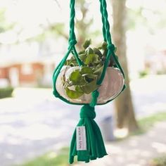 40 Creative Ideas to Repurpose and Reuse Your Old T-shirts --> DIY T-shirt Plant Hanger Macrame Hanging Planter, Hanging Planters, Diy Hanging, Planter Pots, T Shirt Yarn, T Shirt Diy, Shirt Refashion, Old T Shirts, Mom Shirts