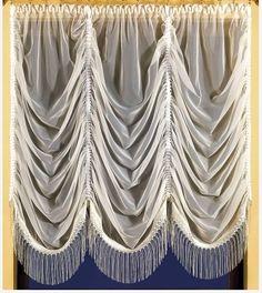 Śliczna #biała_firanka uszyta z woalu. Dzięki zastosowaniu taśm marszczących firanka układa się w efektowne fale. Wykończona ładnym frędzlami, które dodają jej powabu.  Wymiar przed zmarszczeniem: 250 x 250 cm Wymiar użytkowy: 150 x 150 cm  Dostępne kolory: krem kasandra.com.pl