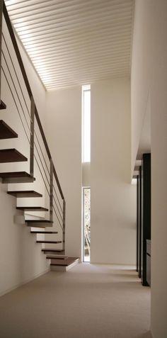 スリット窓からの光が広がる吹き抜け階段(『公園を臨む家』公園を借景とする明るい住まい) - その他事例|SUVACO(スバコ) Spanish Dance, Entrance, Stairs, Architecture, Room, Home Decor, Arquitetura, Bedroom, Entryway