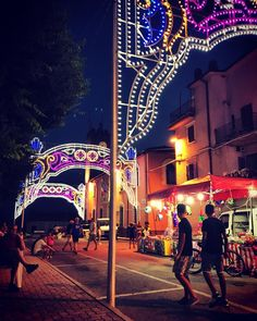 Le serate in #piazza con la bellezza delle #luminarie #beautiful #evining #colors #picture #pictureoftheday #photography #photooftheday #follow #night #street