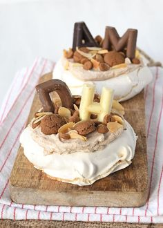 Mini Sinterklaas pavlova's met speculaas A perfect dessert for parcel evening: Sinterklaas pavlovas with speculoos, guaranteed success with this delicious and simple recipe! Sweet Recipes, Cake Recipes, Tapas, Sweets Cake, Gluten Free Cakes, Love Food, Holiday Recipes, Bakery, Food And Drink