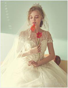 창문 가득한 햇살에 아름답게 빛나는 로맨틱 웨딩 신, 보다이승진 1