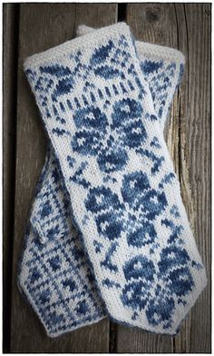 Ravelry: Stemorsblomst vott /Pansie mittens pattern by Jorunn Jakobsen Pedersen Double Knitting Patterns, Knitted Mittens Pattern, Fair Isle Knitting Patterns, Knit Mittens, Knitted Gloves, Hat Patterns, Stitch Patterns, Loom Knitting, Knitting Socks