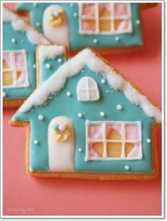 Love the curtains!  house cookie  アイシングクッキー&シュガー教室 acorne(アコルネ)の画像 Fall Cookies, Christmas Sugar Cookies, Christmas Gingerbread, Cupcake Cookies, Christmas Desserts, Christmas Treats, Cookie Cottage, Cookie House, Cookie Cake Decorations