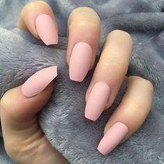 From coffin to ballerina nails: the coffin-shaped nails adjust the throw and reinvent themselves romantic. Shorter, with a less sharp squaring and a decidedly cooler name have conquered the web. Matte Nails, Pink Nails, Acrylic Nails, My Nails, French Nails, Gel Nails At Home, Coffin Shape Nails, Clean Nails, Ballerina