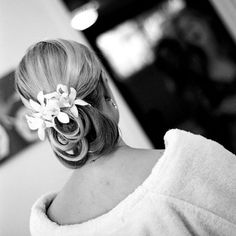loops with flowers Wedding Hair Flowers, Flowers In Hair, Unique Hairstyles, Wedding Hairstyles, Pearl And Diamond Necklace, Special Occasion Hairstyles, Elegant Updo, Through The Looking Glass, Bridal Hair