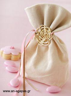 Μπομπον με λουλούδι Fabric Gift Bags, Fiesta Party, Wedding Favors, Wedding Ideas, Bucket Bag, Crafts, Favours, Packaging, Decoration