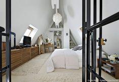 loft-sous-toit-paris-mezzanine-vitrage-atelier-chambre-toute-blanche-mur-briques-apparentes-tapiss-fourrure-blanche