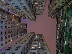 Des immeubles de Hong Kong vus en contre plongée par le photographe Hollandais Hans Wilschut