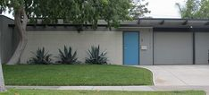 Know Your Home: Mid-Century Modern Style | West | South Mid Century Decor, Mid Century House, Exterior House Colors, Exterior Paint, Modern Ranch, Mid-century Modern, Golden Sword, Mid Century Landscaping, Palm Springs Houses