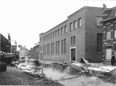 Beschrijving: De Sint Anna Zusterstraat tijdens de demping van de gracht. Rechts, tussen het oude pand en het nieuwe pand van Distilleerderij Wenneker, het Groenweegje. Het bruggetje dat daarvoor lag is reeds afgebroken.