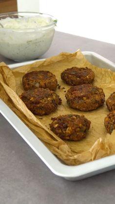 Eine besonders leckere vegetarische Alternative zu klassischen Frikadellen: Kidneybohnen-Frikadellen mit Joghurtdip | eatsmarter.de #frikadellen #vegetarisch #kidneybohnen